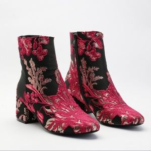 👠New! Beautiful embroidered chelsea booties